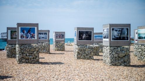 Fotoausstellung am Strand von Brighton